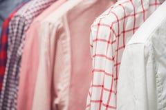 Variedade das camisas clássicas do homem que penduram no trilho Fotos de Stock