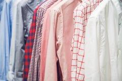 Variedade das camisas clássicas do homem que penduram no trilho Imagem de Stock Royalty Free
