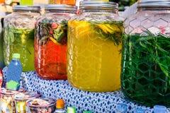 Variedade das garrafas com bebidas deliciosas de cores diferentes foto de stock