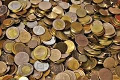 Variedade das moedas do mundo fotografia de stock royalty free