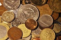 Variedade das moedas do mundo Coleção numismática fotografia de stock royalty free