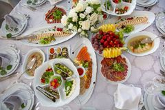 Variedade das refeições do café da manhã na configuração do plano do restaurante Vista superior na tabela de bufete com os petisc imagem de stock
