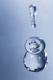 A variedade de água deixa cair em um fundo azul Foto de Stock Royalty Free