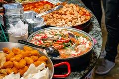 Variedade de alimento chinês cozinhado na exposição para o takeaway em Camden Market imagem de stock royalty free