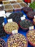 Variedade de azeitonas em um mercado de rua grego Fotografia de Stock