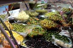 Variedade de azeitonas verdes e de azeitonas pretas fotografia de stock royalty free