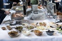 Variedade de bacias de saladas frescas no jantar de negócio da tabela de bufete fotografia de stock royalty free