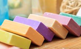 Variedade de barras do sabão no fundo de madeira foto de stock royalty free