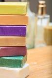 Variedade de barras do sabão no fundo de madeira imagem de stock