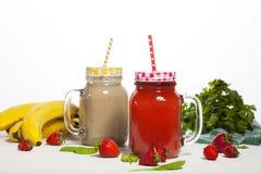 Variedade de batidos das frutas e legumes nas garrafas de vidro com palhas Fotos de Stock