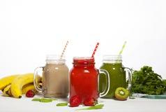 Variedade de batidos das frutas e legumes nos frascos de vidro com palhas Imagem de Stock
