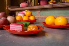 Variedade de bolos e de frutos servidos em uma tabela foto de stock