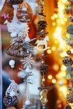 Variedade de brinquedos e de decorações no mercado tradicional do Natal em Strasbourg Imagem de Stock Royalty Free