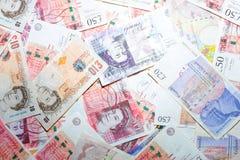 Variedade de cédula de GBP uma disposição de 10 e 50 libras no teste padrão Imagem de Stock