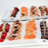 Variedade de Canapes em bandejas do aperitivo Imagens de Stock Royalty Free