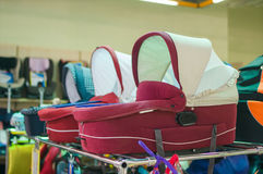 Variedade de carros de bebê na alameda dos miúdos Fotos de Stock Royalty Free