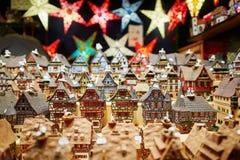 Variedade de casas e de festões cerâmicas da estrela no mercado tradicional do Natal em Strasbourg imagem de stock