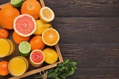 Variedade de citrinos maduros no fundo de madeira Imagens de Stock
