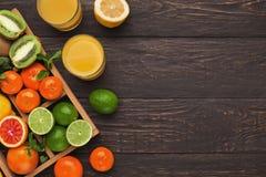 Variedade de citrinos maduros no fundo de madeira Imagem de Stock