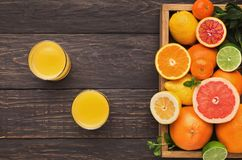 Variedade de citrinos maduros no fundo de madeira Foto de Stock Royalty Free
