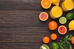Variedade de citrinos maduros no fundo de madeira Fotos de Stock
