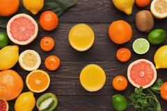 Variedade de citrinos maduros no fundo de madeira Fotos de Stock Royalty Free