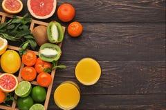 Variedade de citrinos maduros no fundo de madeira Imagens de Stock Royalty Free
