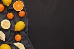 Variedade de citrinos maduros no fundo preto Foto de Stock