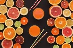 Variedade de citrinos maduros no fundo preto Foto de Stock Royalty Free