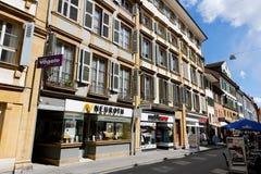 Variedade de condomínios ao longo de uma rua Fotografia de Stock