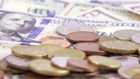 Variedade de contas dos dólares e das moedas filme