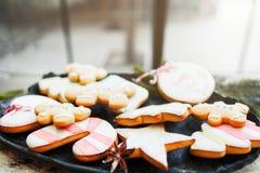 Variedade de cookies coloridas do pão-de-espécie fotografia de stock