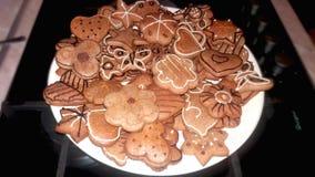 Variedade de cookies do pão-de-espécie em uma placa antes do Natal fotografia de stock royalty free