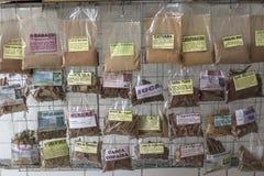 Variedade de ervas empacotadas no mercado brasileiro Imagem de Stock