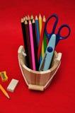 Variedade de estacionário em uma cubeta de madeira Fotografia de Stock Royalty Free