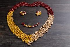 Variedade de feijões na colher de madeira no fundo de madeira feijões de mung, amendoins, feijões vermelhos e feijão marrom fotografia de stock