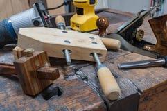 Variedade de ferramentas do woodworking em uma bancada antiga foto de stock