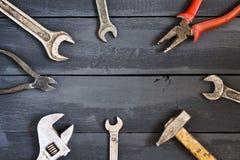 Variedade de ferramentas para chaves em uma tabela de madeira escura Copie o espaço Dia feliz do ` s do pai do conceito Fotografia de Stock Royalty Free