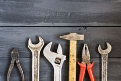 Variedade de ferramentas para chaves em uma tabela de madeira escura Copie o espaço Dia feliz do ` s do pai do conceito Fotos de Stock