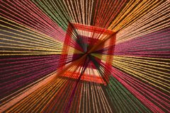 A variedade de fios coloridos é fabricada em cortinas decorativas Imagens de Stock