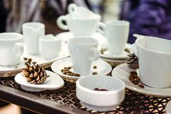 Variedade de formulários diferentes de copos de café no fundo do metal na apresentação da exposição Foco seletivo macio Imagem de Stock Royalty Free