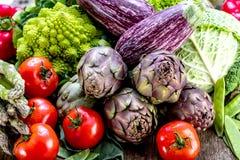 Variedade de frutas e legumes frescas na tabela de madeira foto de stock