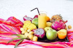 Variedade de frutos exóticos em brancos fotos de stock