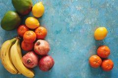 Variedade de frutos frescos no fundo azul rústico Fotos de Stock