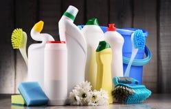 Variedade de garrafas detergentes e de fontes de limpeza química foto de stock royalty free