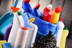 Variedade de garrafas detergentes e de fontes de limpeza química imagem de stock royalty free