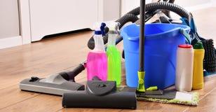 Variedade de garrafas detergentes e de fontes de limpeza química imagem de stock