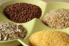Variedade de grões e de sementes saudáveis na bacia Foto de Stock Royalty Free