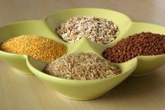 Variedade de grões e de sementes saudáveis na bacia Imagens de Stock