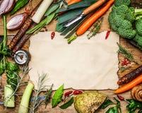 Variedade de ingredientes dos vegetais para a sopa ou o caldo que cozinham em torno da folha de papel vazia no fundo de madeira r Fotografia de Stock